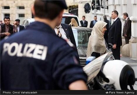 همسر ظریف نیز به محل مذاکرات هستهای در وین وارد شد + عکس
