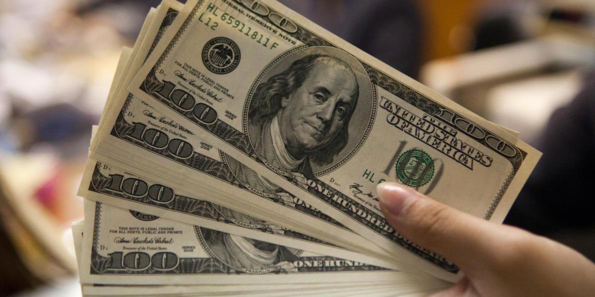 ورود بانکها به بازار ارز نوسانات ارزی را کاهش میدهد/آغاز مقدمات تک نرخی شدن ارز