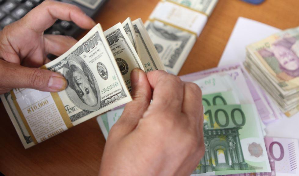 دلار در معاملات جهانی عقب نشست