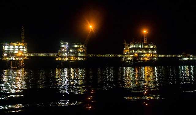 کشور امارات تولید و عرضه نفت خام را کاهش میدهد