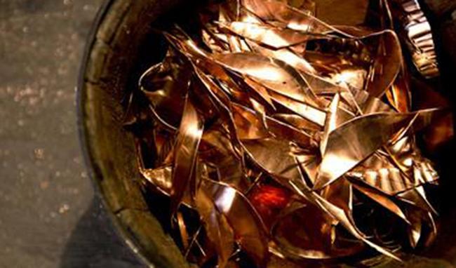 سیر نزولی قیمت فلز سرخ در ماه جاری و رشد موجودی انبارها