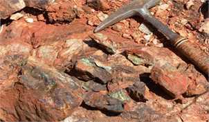در بازارهای جهانی، قیمت سنگ آهن به کمتر از ۱۰۰ دلار رسید