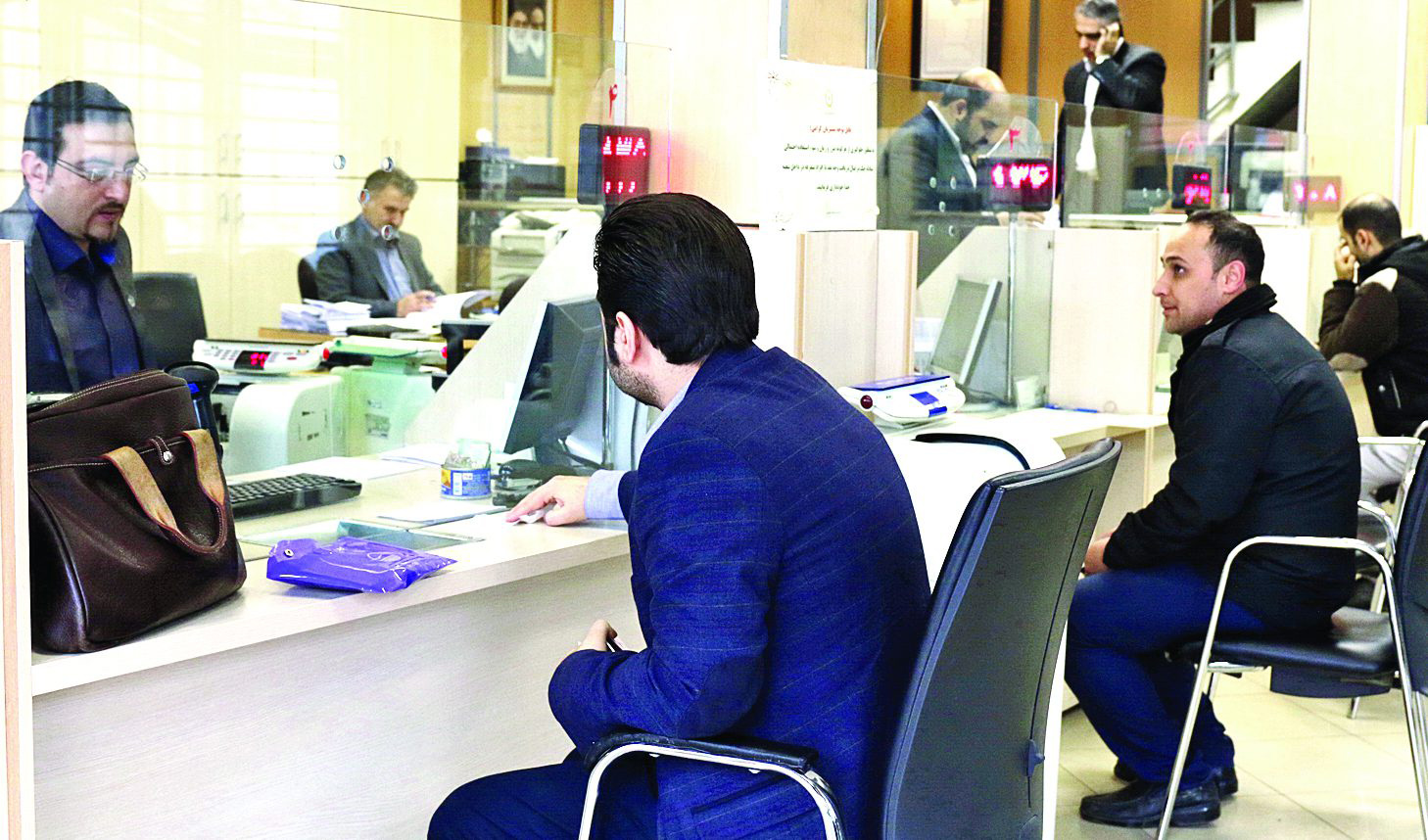 بانکهای دولتی و نیمه دولتی با دوسوم پرسنل فعالیت میکنند