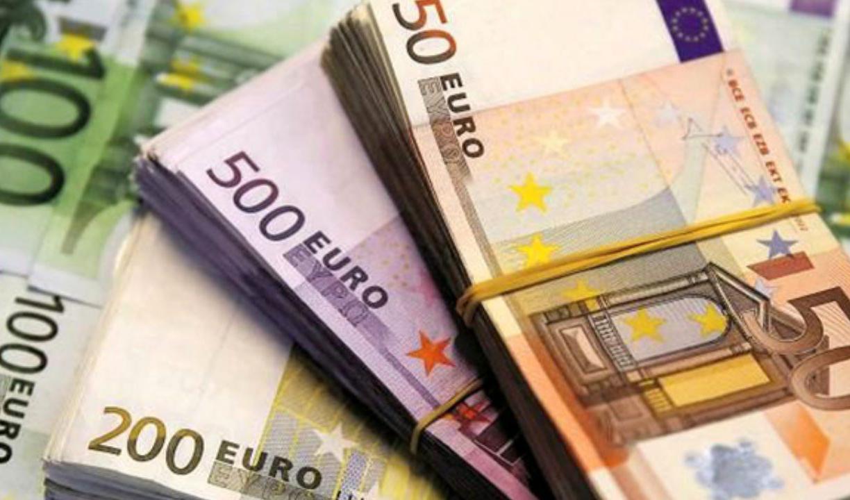 دلار در مقابل یورو کم آورد