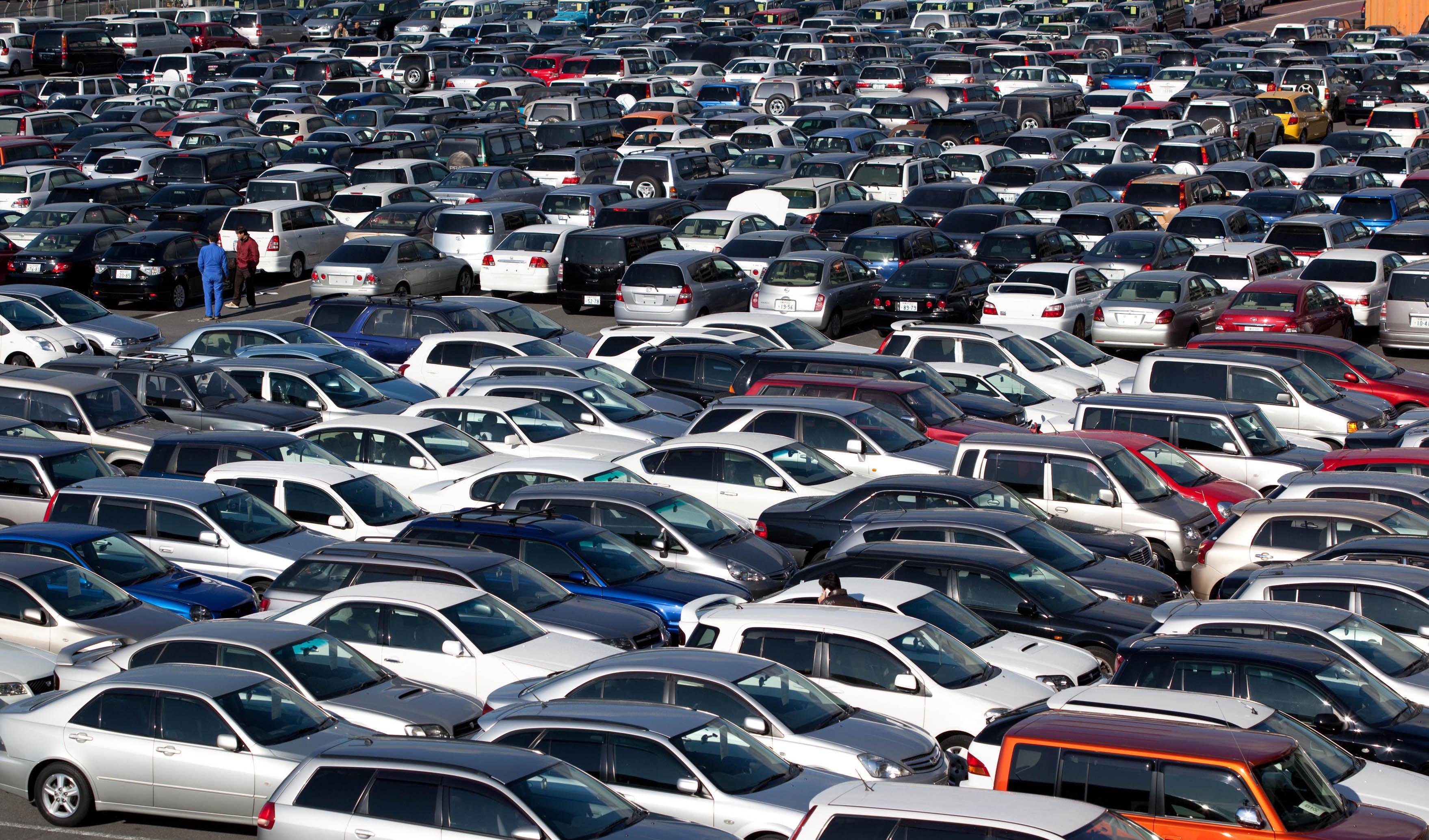 عرضه خودرو در بورس منتفی شد/ وزیر صنعت: حال بازار خودرو بزودی خوب می شود