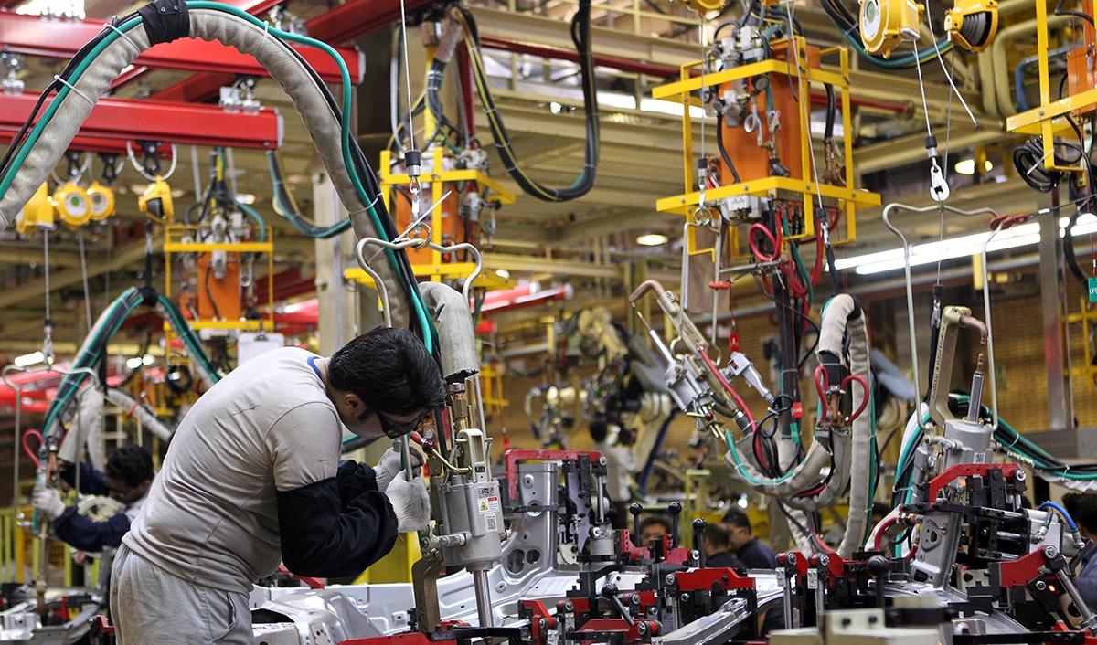 رشد ۳۵ درصدی تولید خودرو در سال گذشته/ خودروسازان دست بجنبانند، صادرکننده هم میشوند