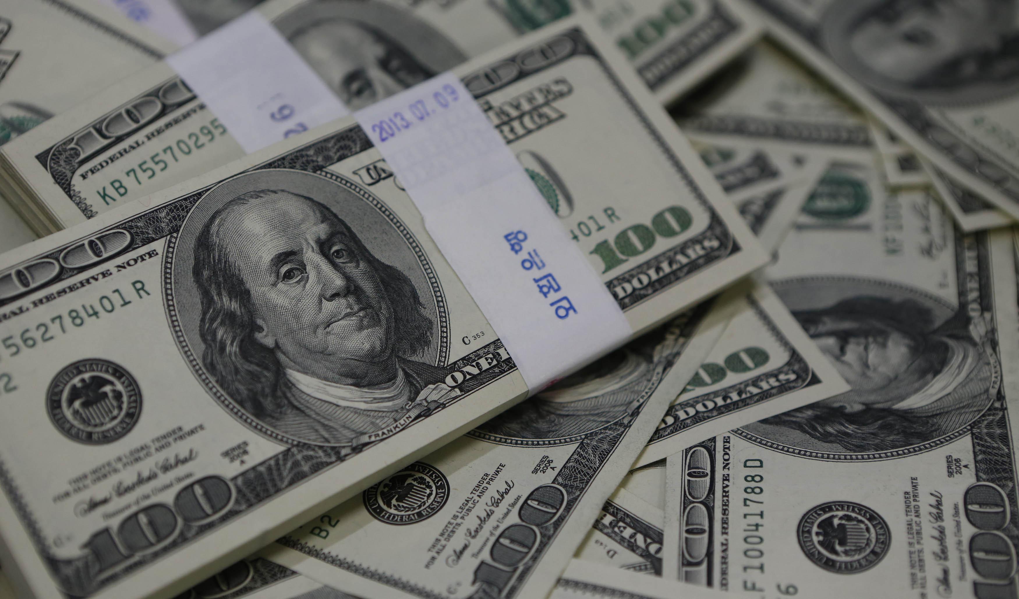 پنجمین عقبنشینی پی در پی دلار
